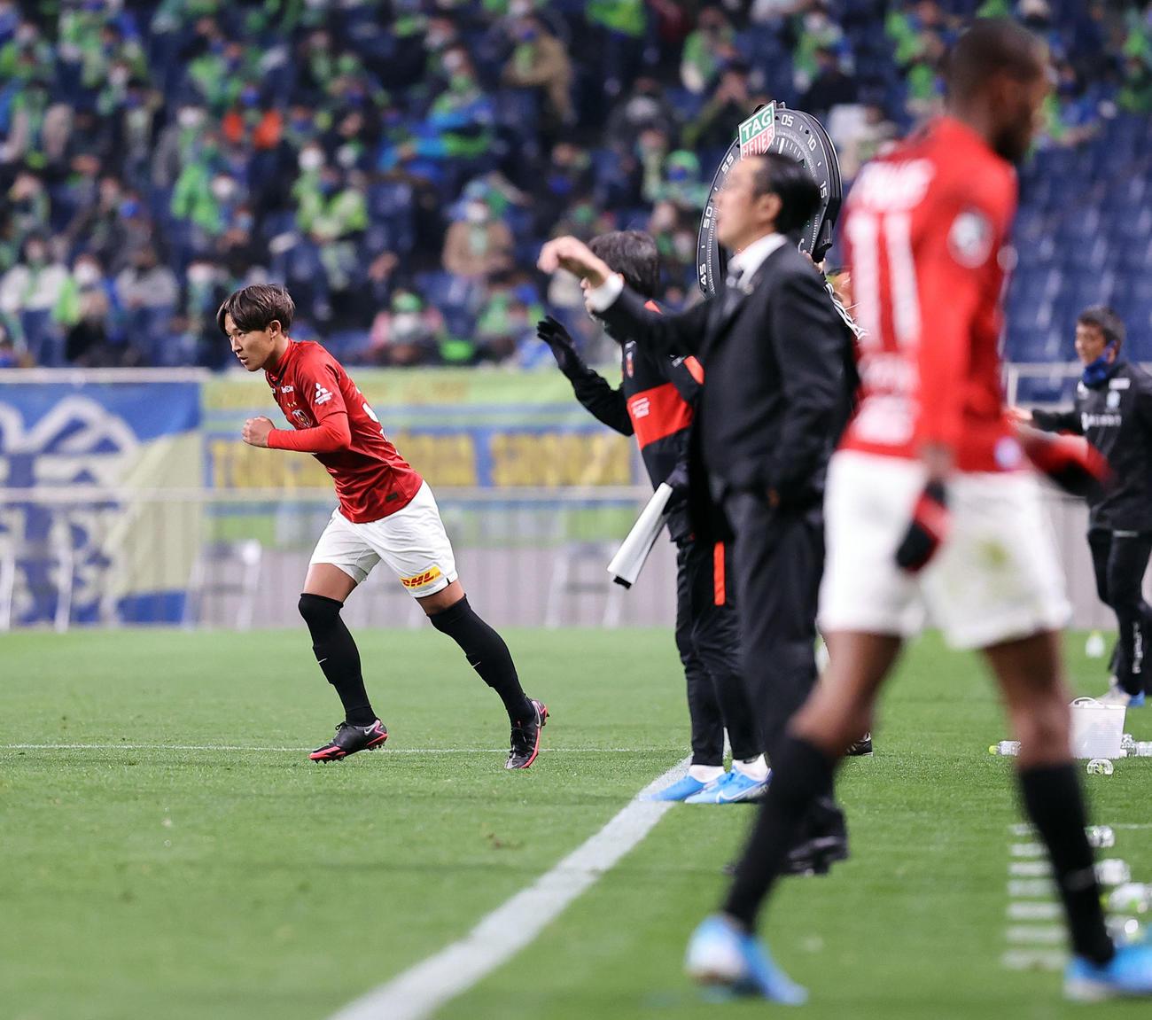 浦和対湘南 後半、浦和MFマルティノス(手前右)と交代でピッチに入るMF武田(撮影・浅見桂子)