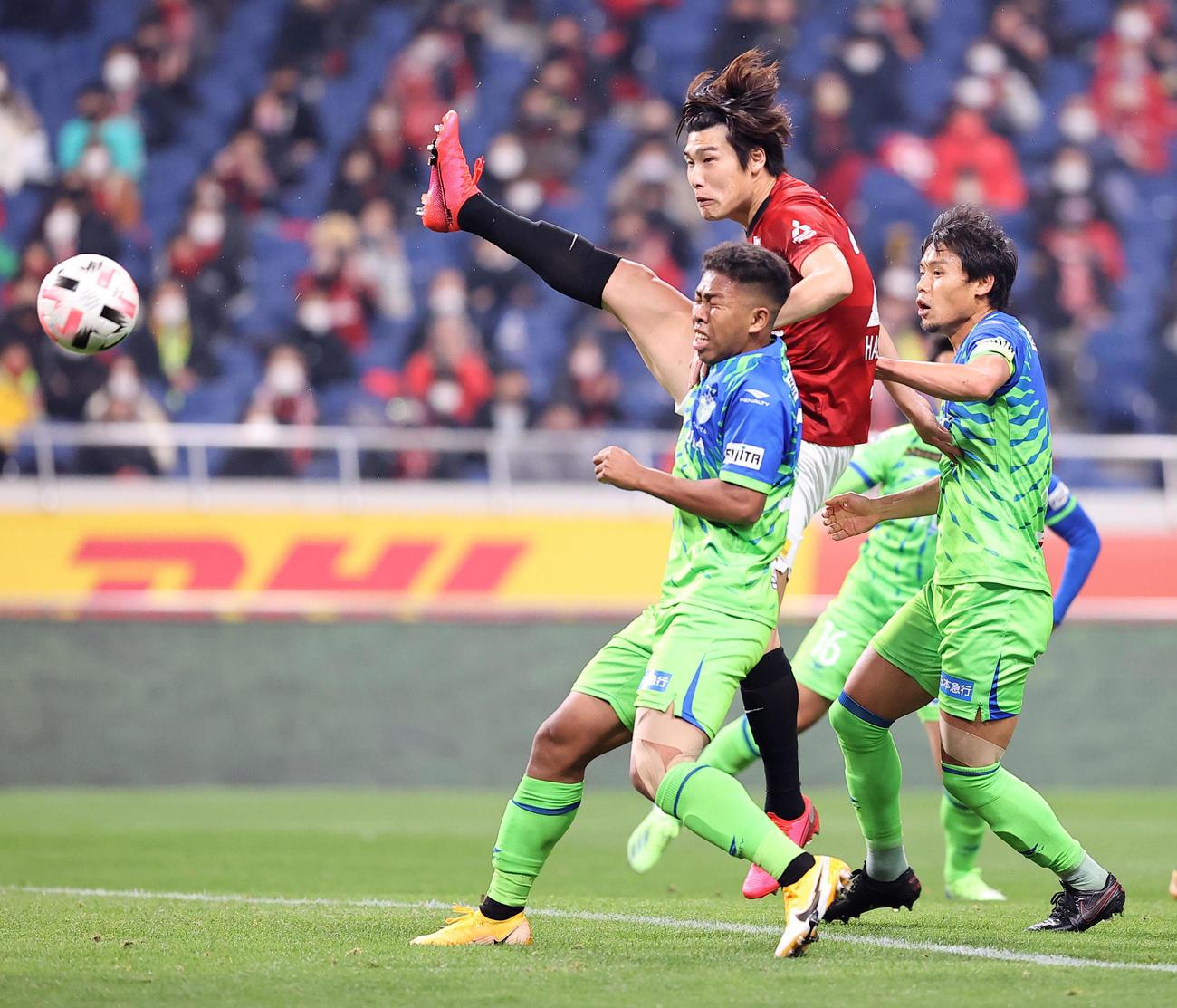 浦和対湘南 後半、ゴール前のボールに飛び込んだ浦和DF橋岡(右から2人目)だがシュートならず(撮影・浅見桂子)