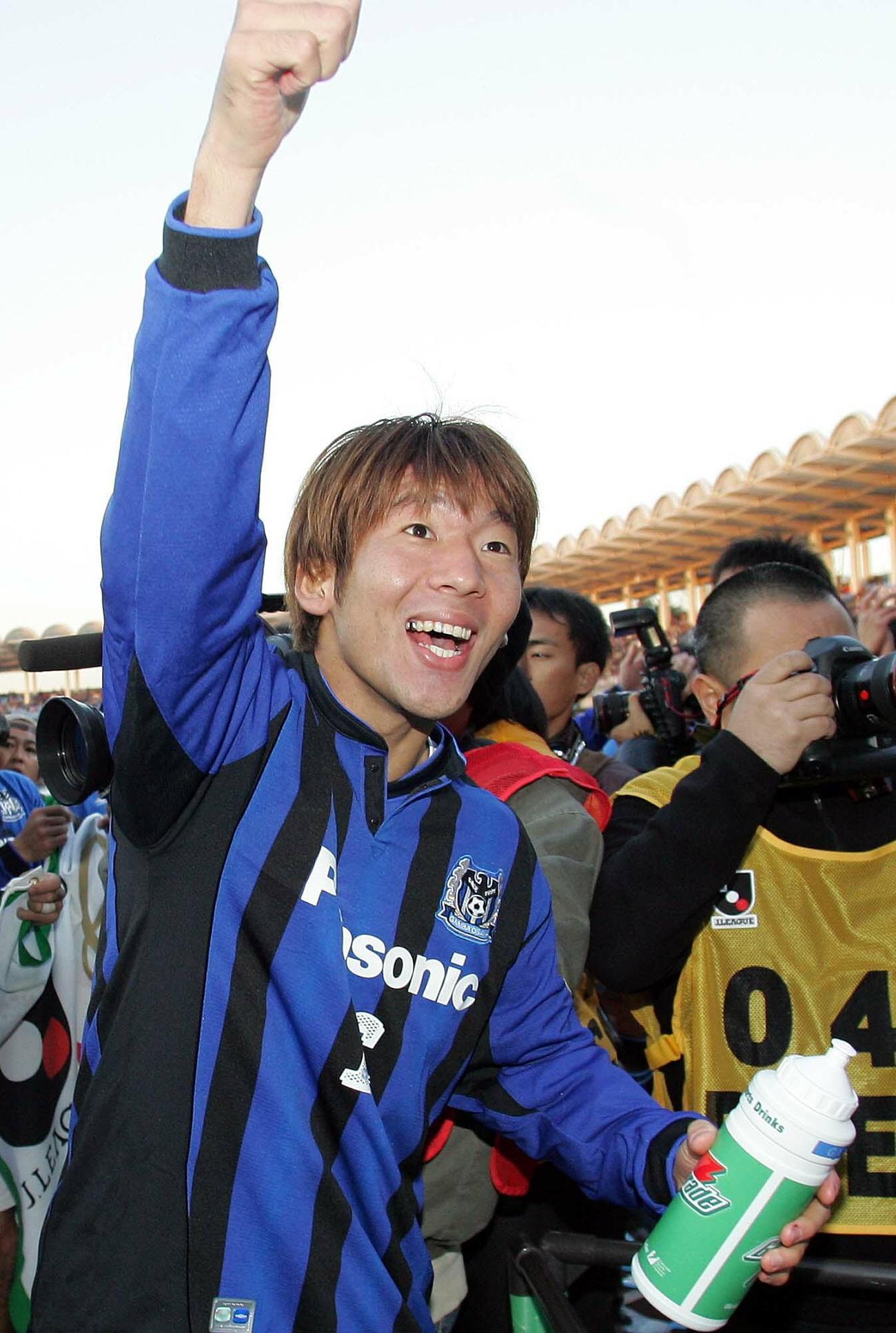 05年、G大阪で優勝し拳を突き上げる大黒将志