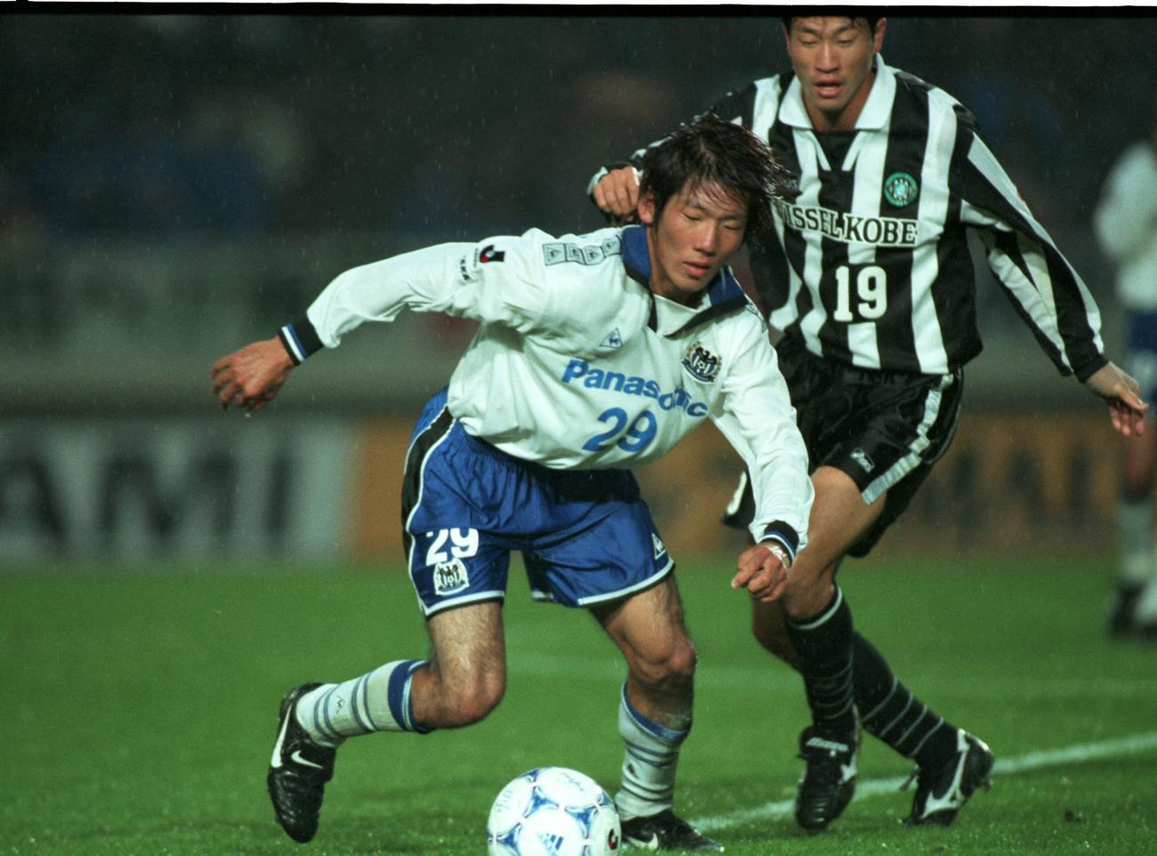 99年、ボールをキープするG大阪・大黒将志(1999年11月23日撮影)