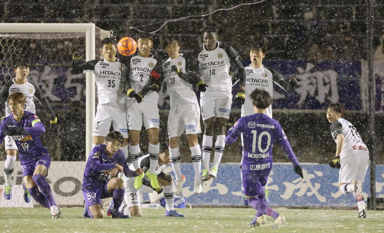 J1広島対柏 後半 雪が降り続ける中、プレーする両チーム(撮影・加藤孝規)