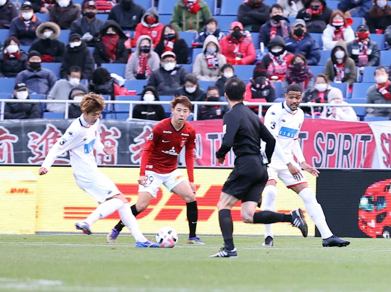 浦和対札幌 後半、ゴールを決める札幌DF田中(左)(撮影・浅見桂子)