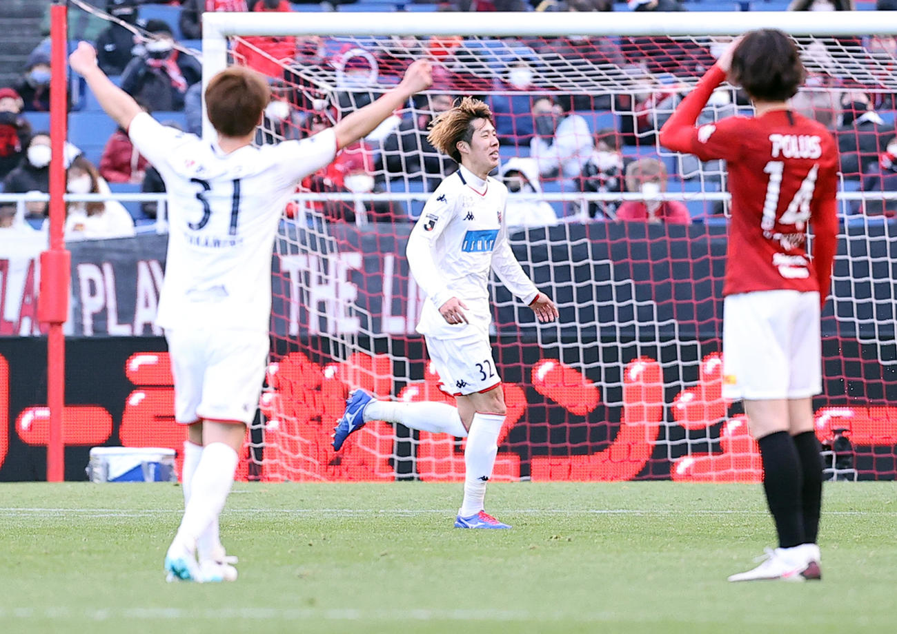 浦和対札幌 後半、ゴールを決め、ベンチに向かって走りだす札幌DF田中(中央)(撮影・浅見桂子)