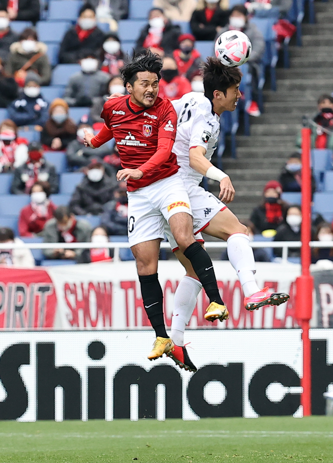 浦和対札幌 前半、相手とボールを競り合う浦和FW興梠(撮影・浅見桂子)