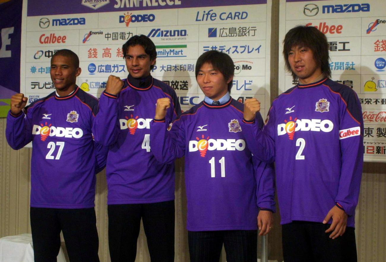 広島移籍加入会見 広島に移籍加入した4選手。(右から)DF池田昇平、FW佐藤寿人、DFジニーニョ、FWジョルジーニョ(2005年1月20日撮影)