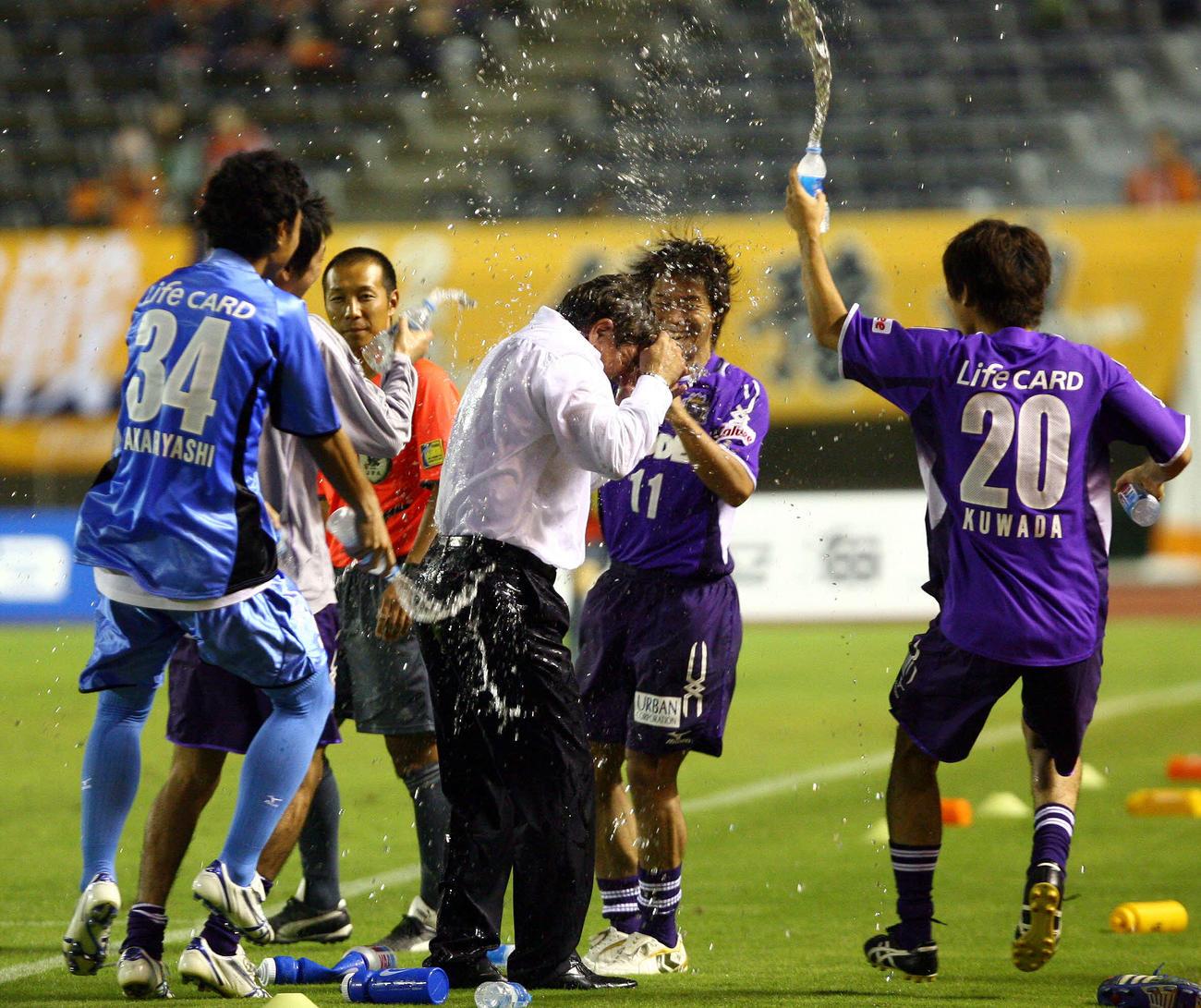 J2広島対愛媛 J1昇格を決めた瞬間、佐藤寿人(中央)らはペトロビッチ監督らに水シャワーを浴びせて大喜び(2008年9月23日撮影)