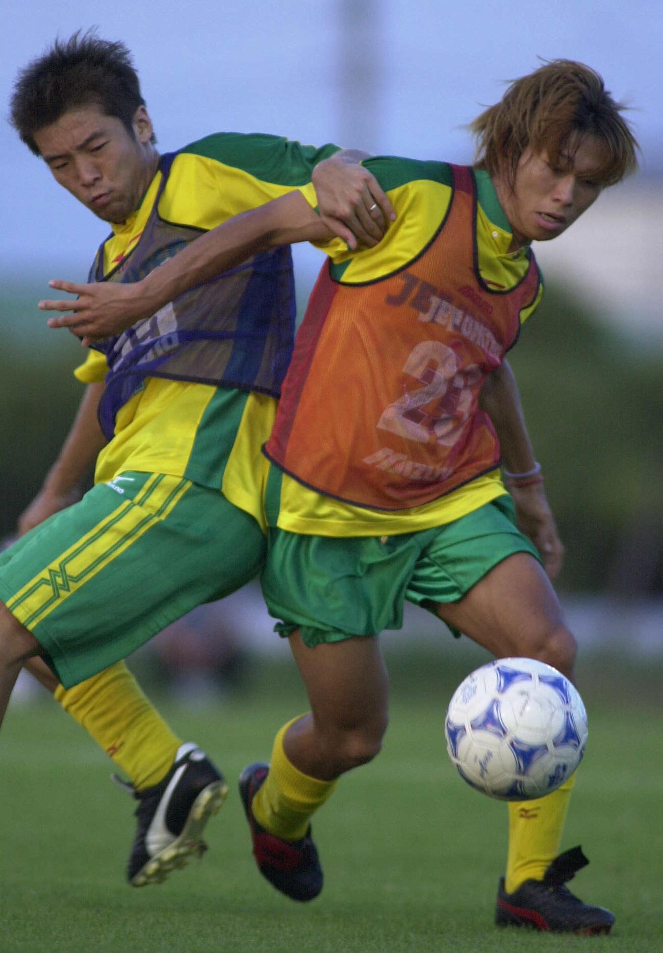練習で激しくボールを奪い合う佐藤寿人(右)と茶野隆行(2000年8月11日撮影)
