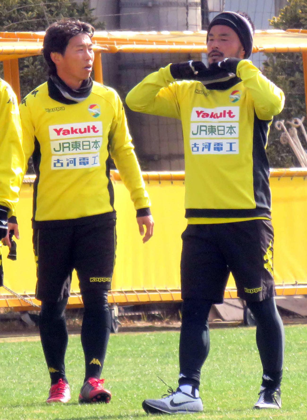 千葉の初練習に参加したFW佐藤寿人(左)と兄のMF佐藤勇人(2019年1月7日撮影)