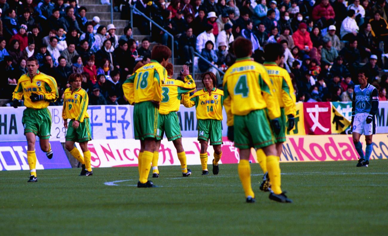 磐田対市原 佐藤寿人(中央)はゴールを決め喜ぶ(2001年3月10日撮影)