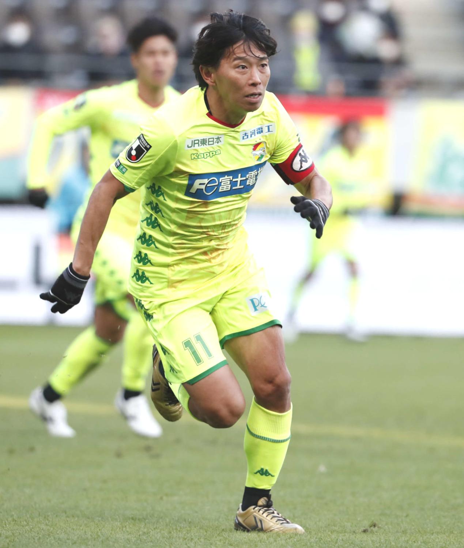 現役最後の試合でプレーする千葉佐藤(クラブ提供)