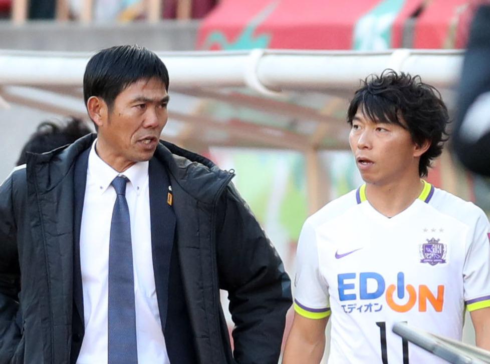 16年12月、天皇杯準々決勝の鹿島戦で、途中出場する広島FW佐藤(右)に気合を入れる森保一監督