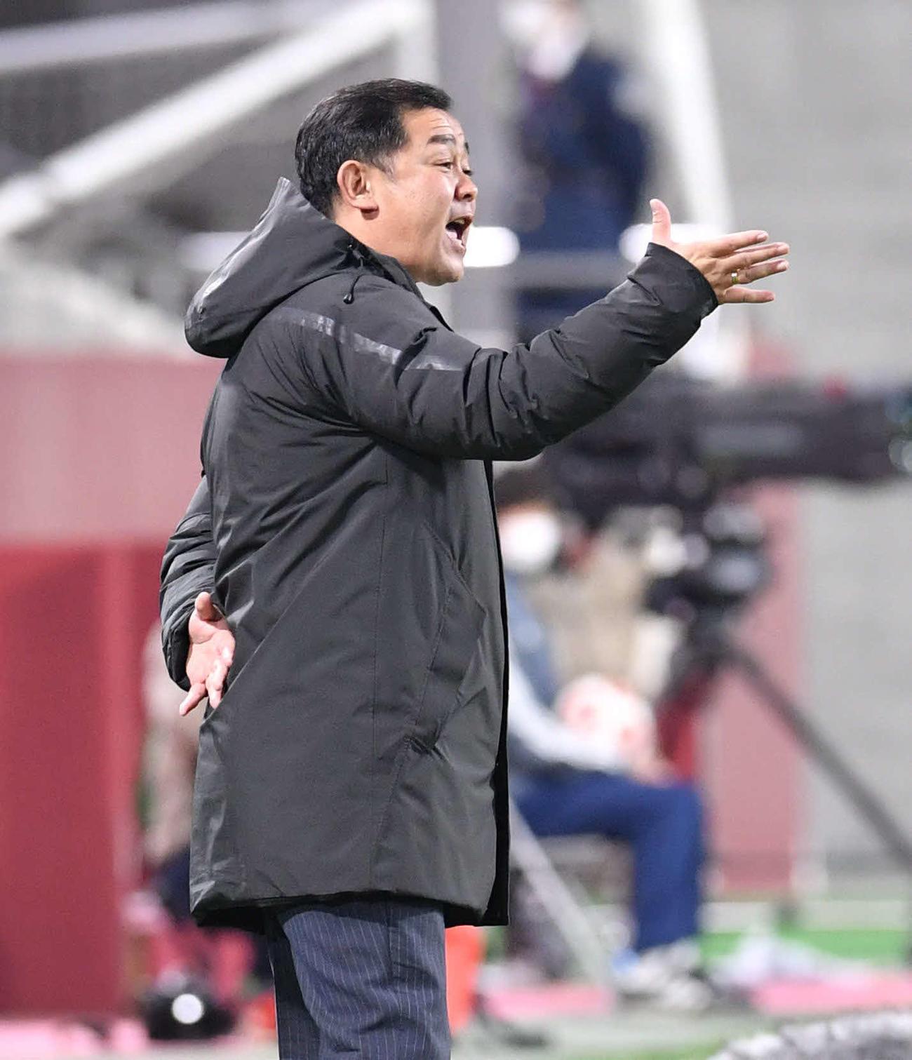 徳島対ホンダFC イレブンに指示を出すホンダFC・井幡監督(撮影・岩下翔太)