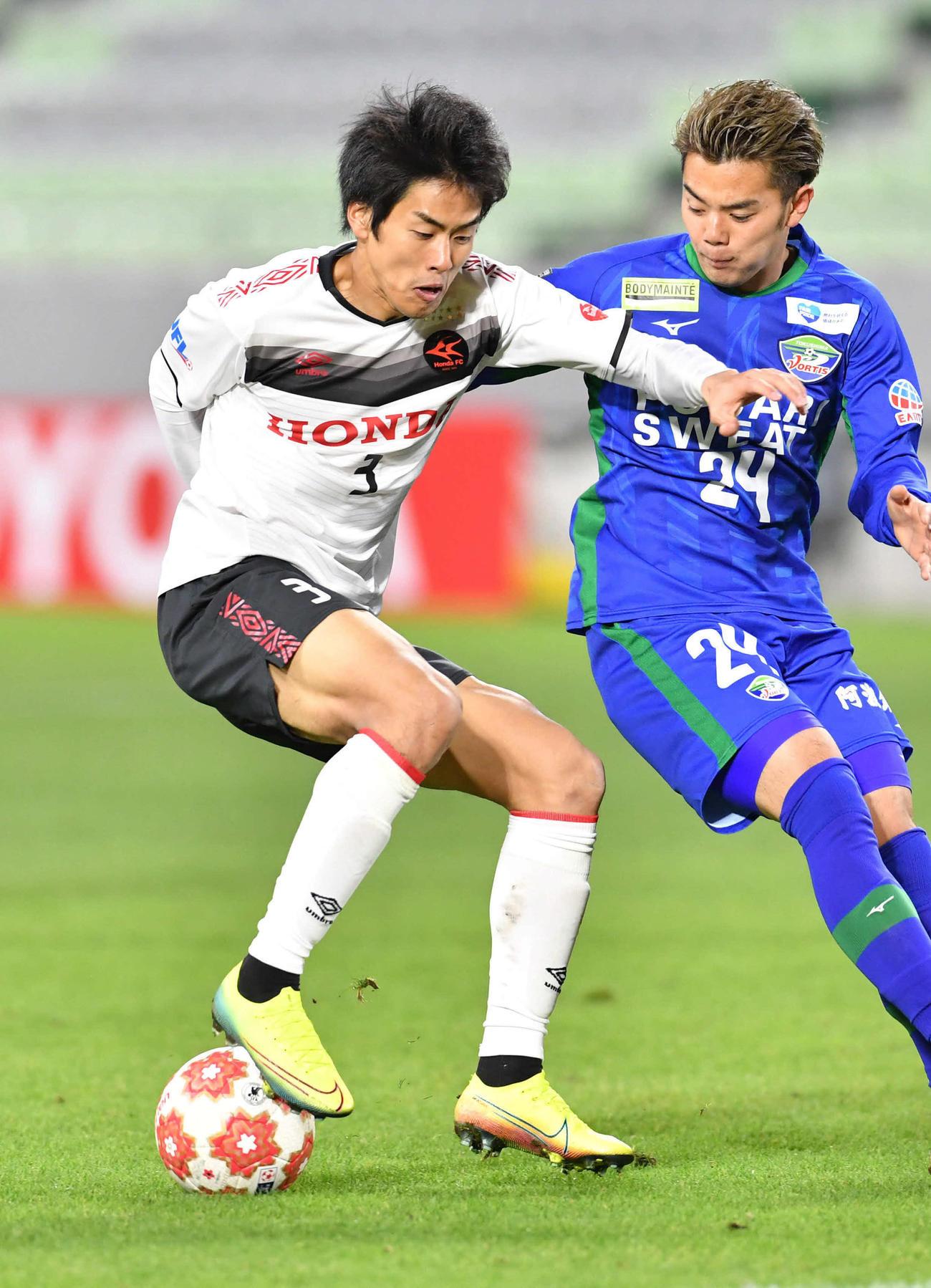 後半、必死にボールをキープするホンダFC・DF三浦(左)(撮影・岩下翔太)