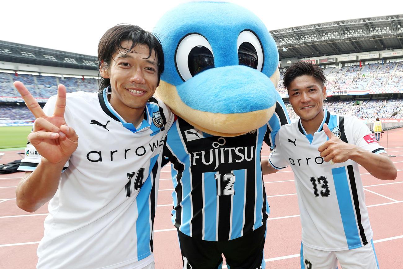 16年6月11日、横浜対川崎F 試合後、ふろん太と一緒に記念撮影する川崎F・MF中村(左)とFW大久保