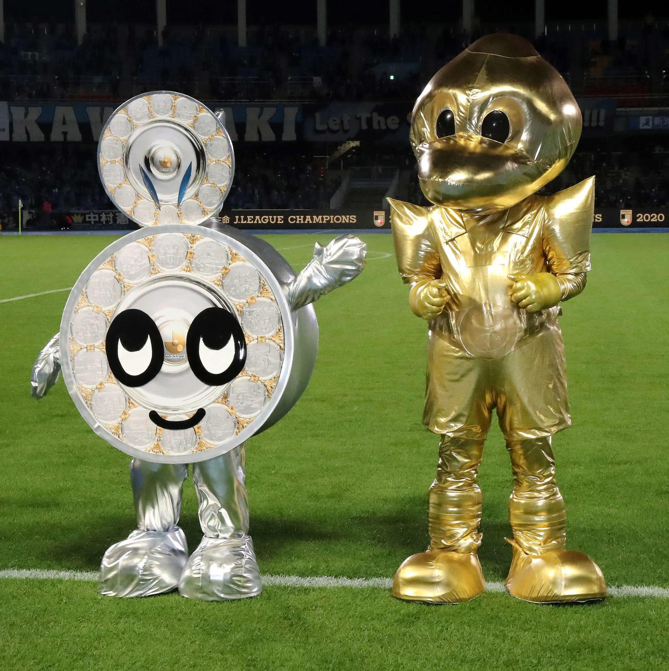 20年11月25日、川崎F対G大阪 金のふろん太(右)とシャーレ姿のカブレラ