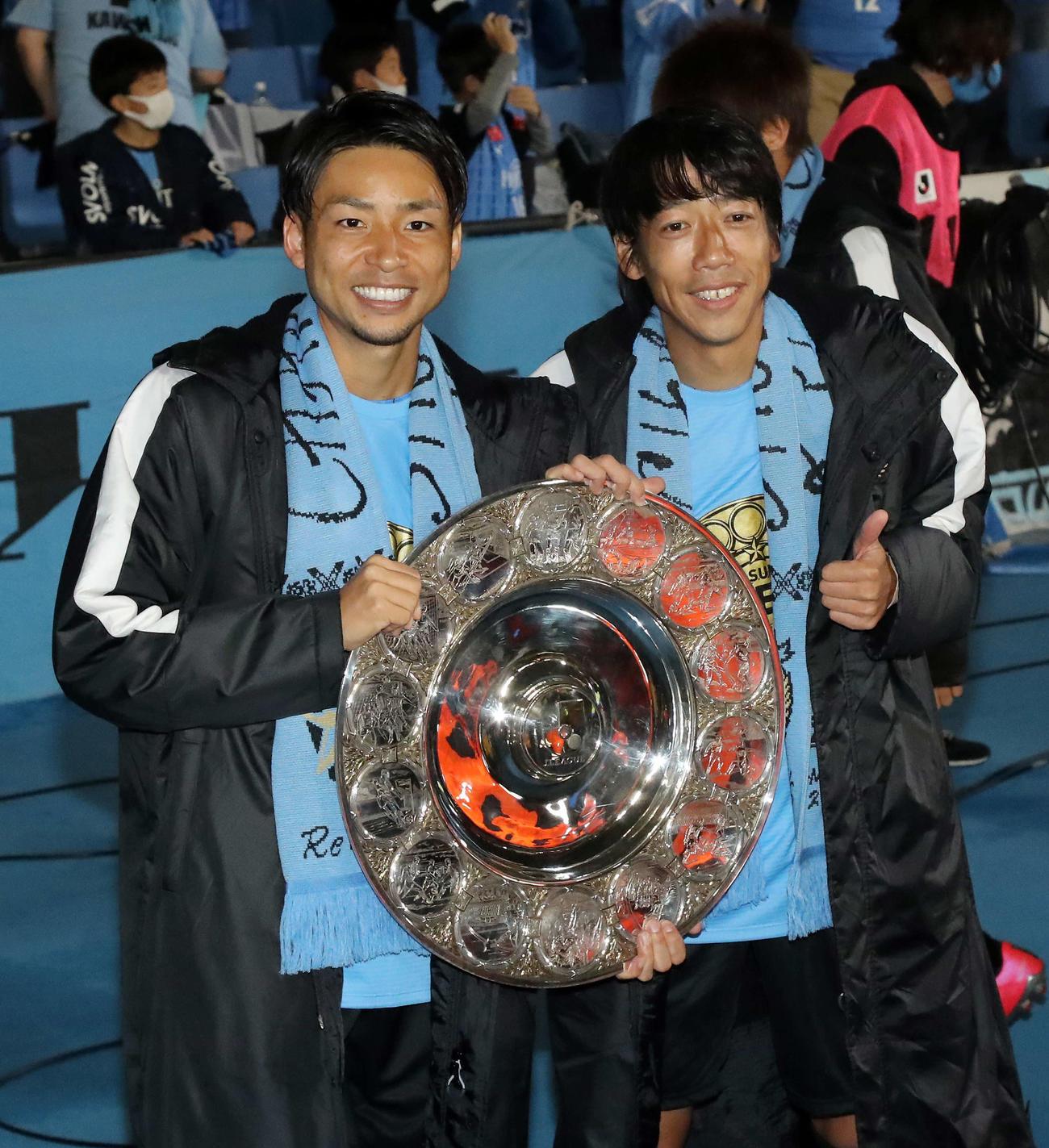 J1優勝シャーレを手に笑顔を見せる川崎F・MF中村憲剛(右)とFW小林悠(2020年11月25日撮影)