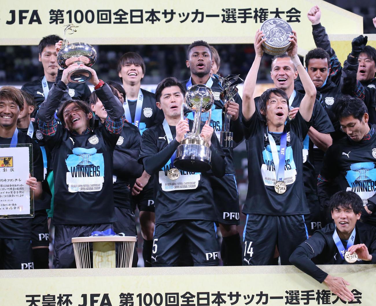 川崎F対G大阪 表彰台の上で喜ぶ、左から川崎F鬼木監督、DF谷口、MF中村(代表撮影)