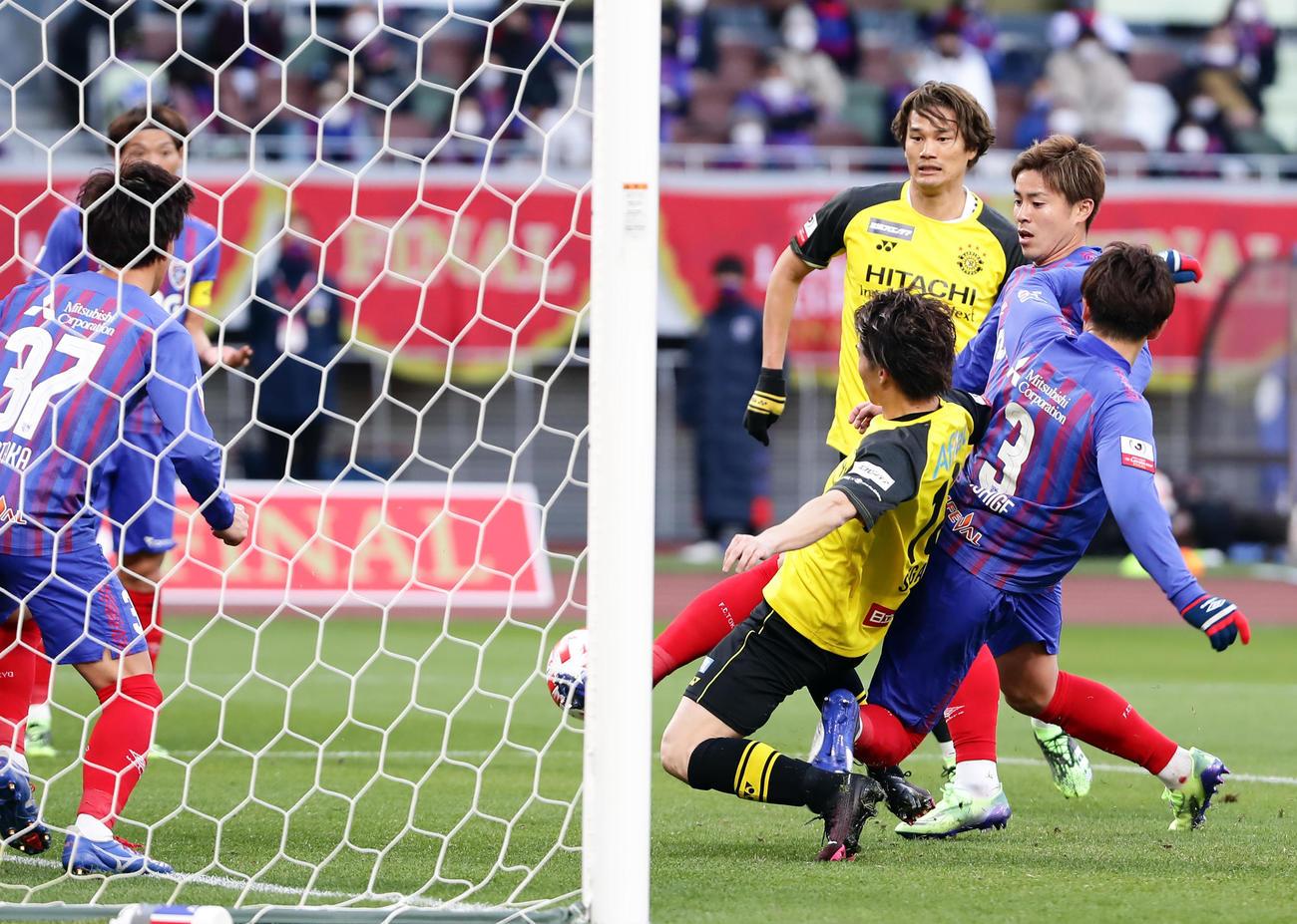 柏対東京 前半、同点ゴールを決める柏MF瀬川(右から2人目)(撮影・浅見桂子)
