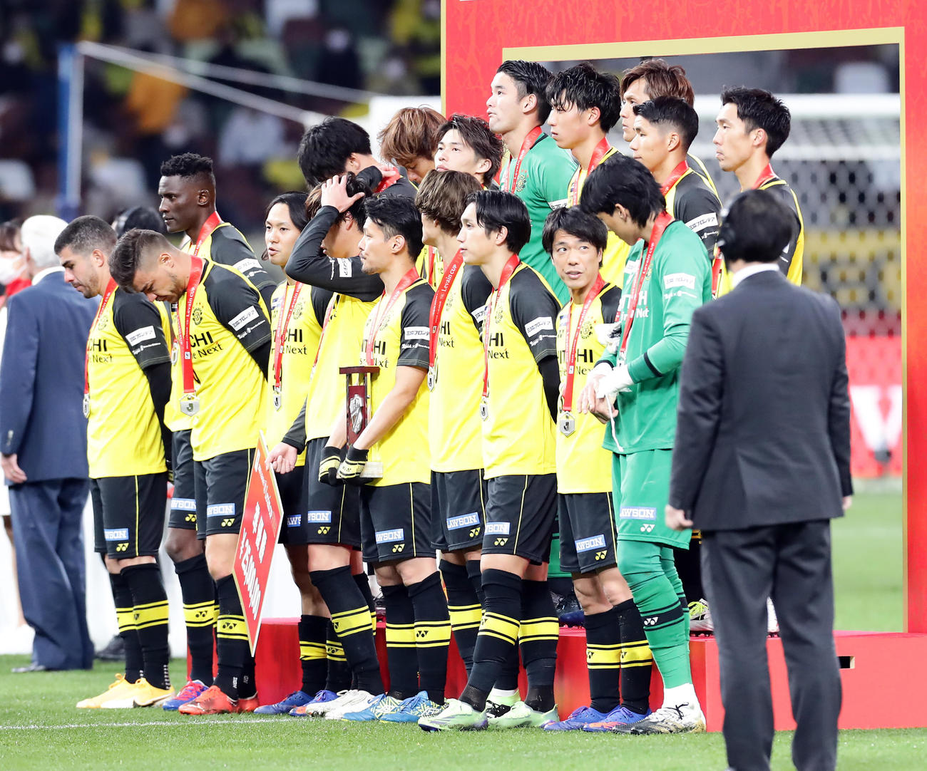 柏対東京 準優勝に終わり、表彰式でがっくりとした表情のFWオルンガ(左奥)ら柏の選手たち(撮影・浅見桂子)