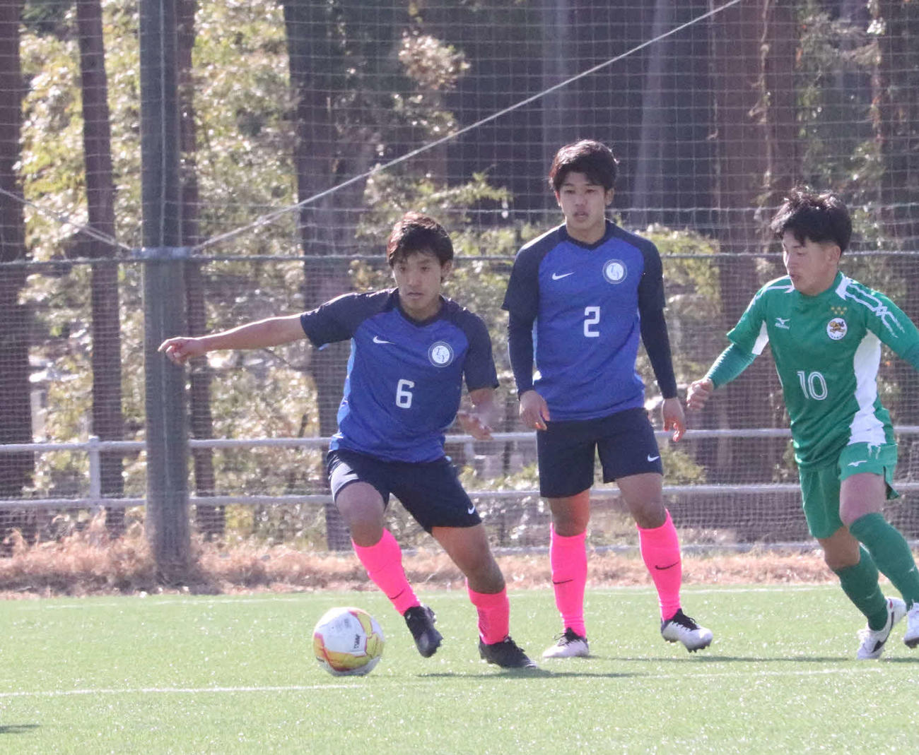 大体大との試合で落ち着いたプレーを見せる桐蔭横浜大のMF橘田(左)
