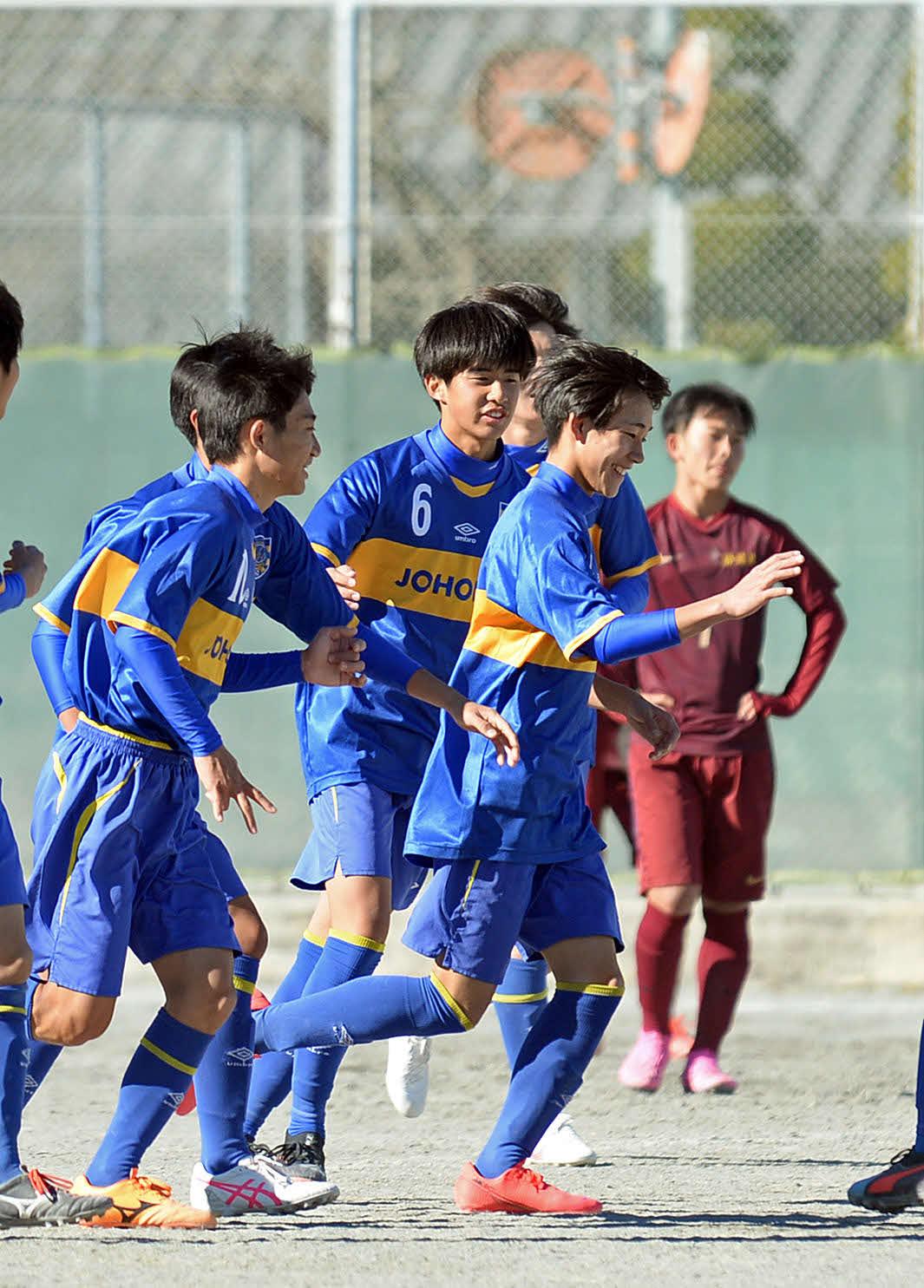 後半35分にハットトリックを達成し、笑顔を見せる静岡城北FW土屋(右から2人目)