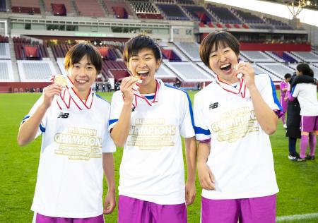優勝しメダルを手に笑顔の(左から)藤枝順心・窓岩、高尾、斉藤(代表撮影)