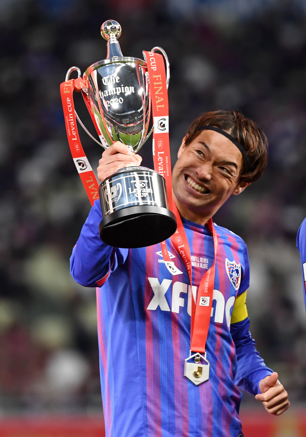 柏対東京 ルヴァン杯を笑顔で掲げる東京MF東(2021年1月4日撮影)