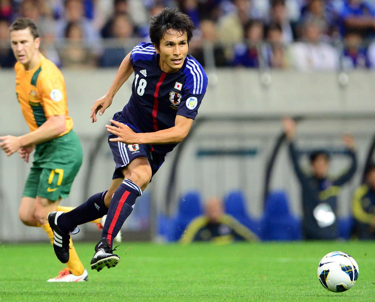ボールを追う日本代表時代の前田遼一(2013年6月4日撮影)