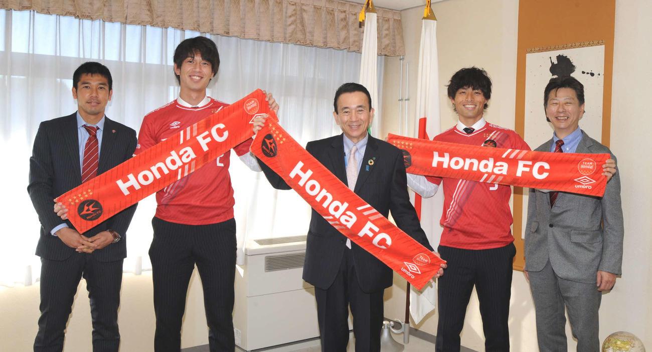 鈴木康友浜松市長(中央)を表敬訪問したホンダFCの池松(左から2人目)と鈴木雄(同4人目)ら