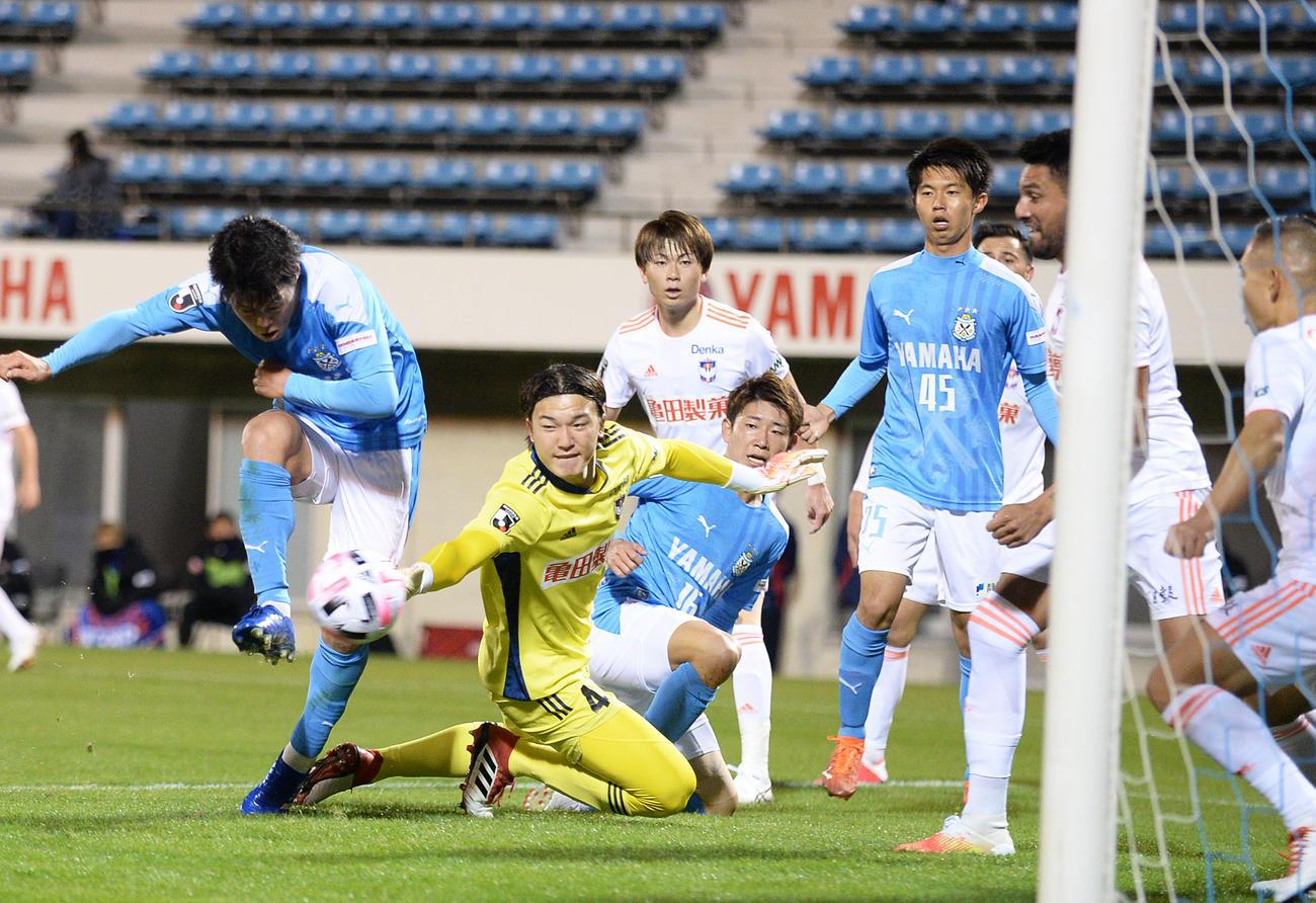 磐田対新潟 自陣ゴール前でのピンチでボールに食らいつく新潟GK藤田(左から2人目)(2020年11月11日撮影)