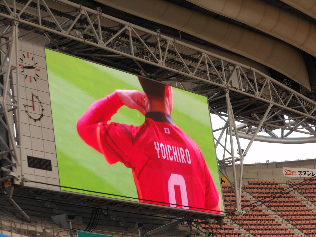 名古屋新体制会見でFW柿谷曜一朗は日の丸が入ったACL用のユニホームの背中を豊田スタジアムの観客に披露した