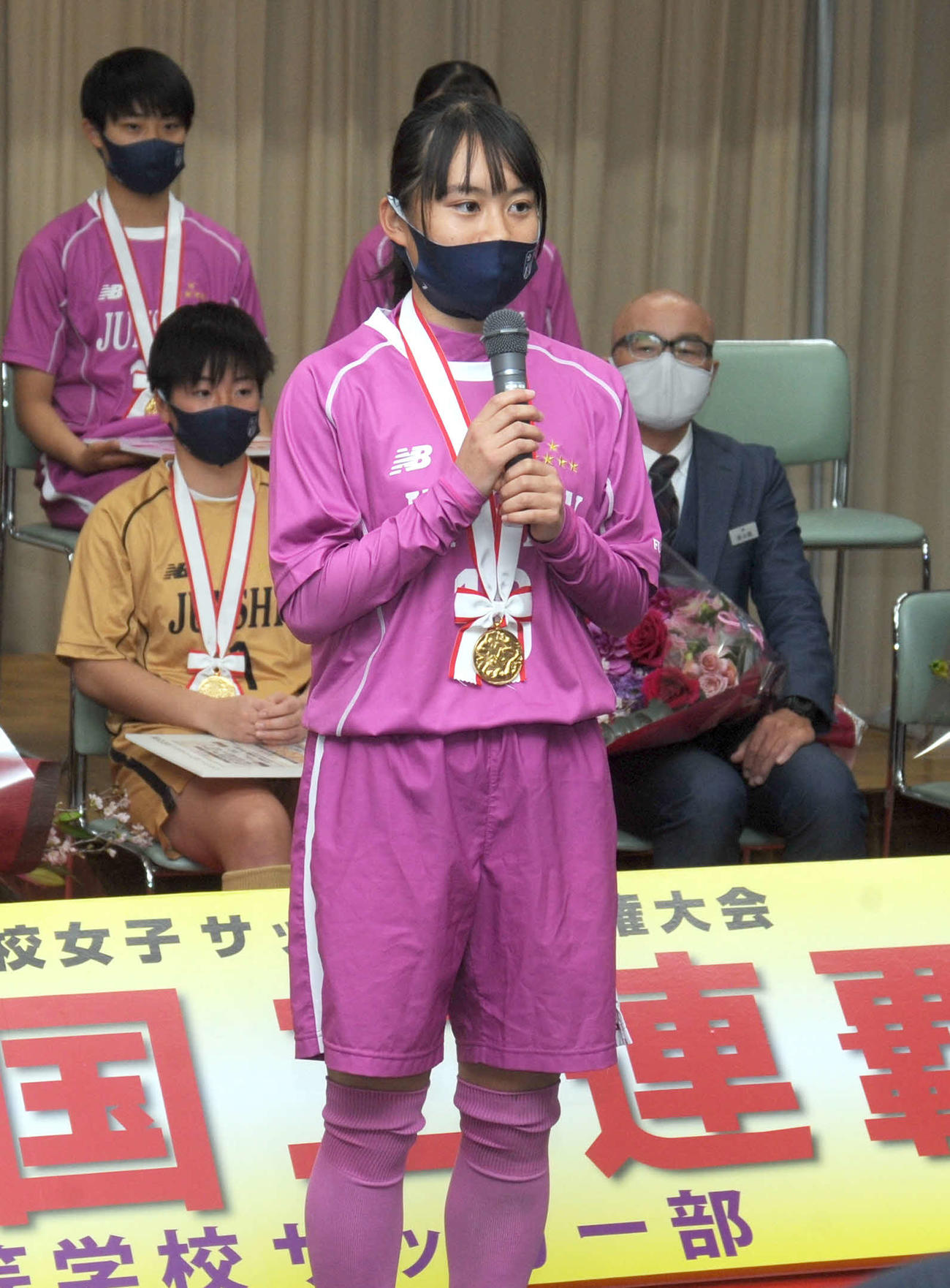 藤枝市の北村市長らに選手を代表してあいさつをする藤枝順心の柳瀬主将
