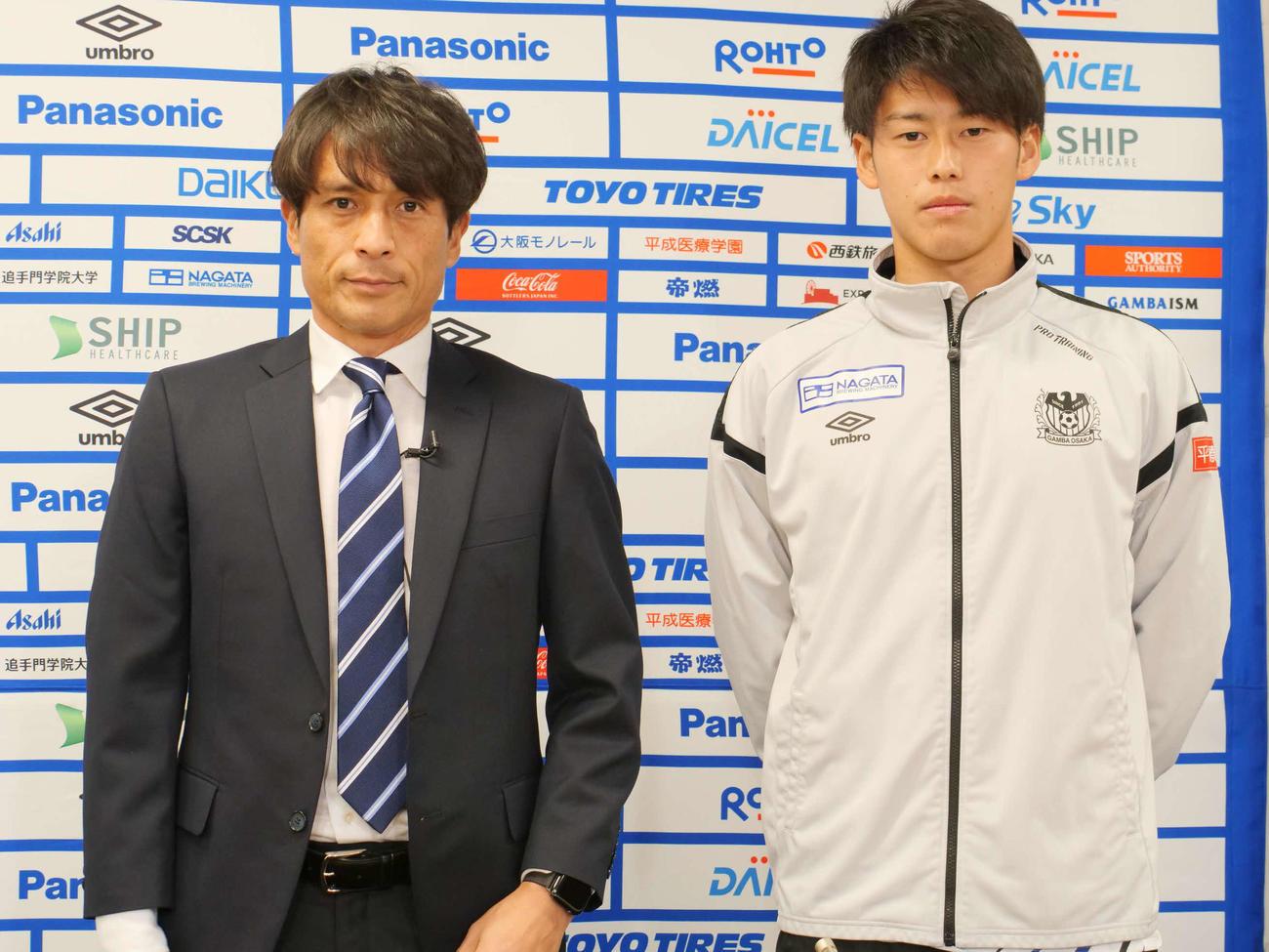 新体制発表会に臨んだ宮本監督(左)と佐藤(C)GAMBA OSAKA