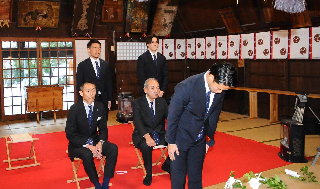 必勝祈願を行った堀米(手前)と前列左から寺川強化部長、中野社長、後列左から島田、藤田