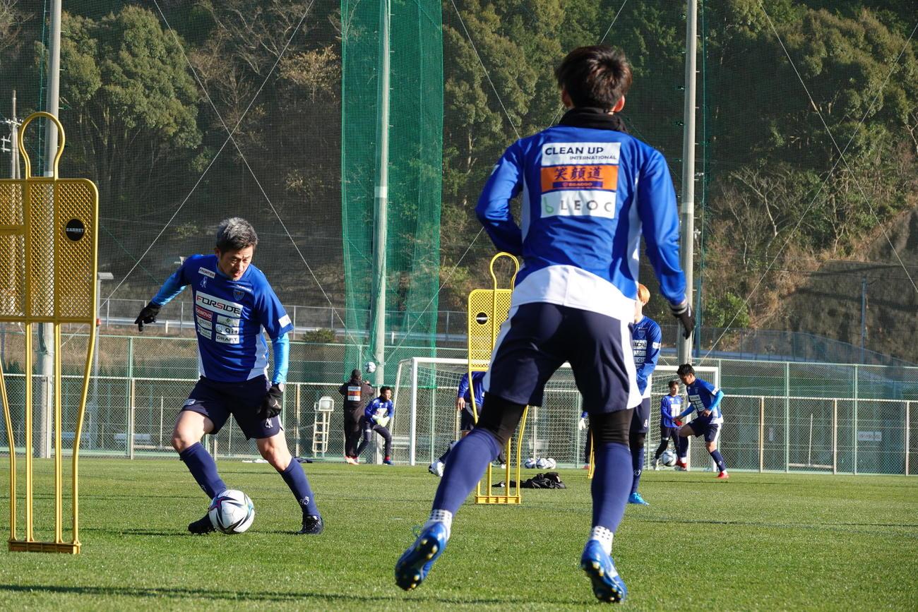 和歌山で始まった1次キャンプでパスを回す横浜FCのFWカズ(YOKOHAMA FC提供)