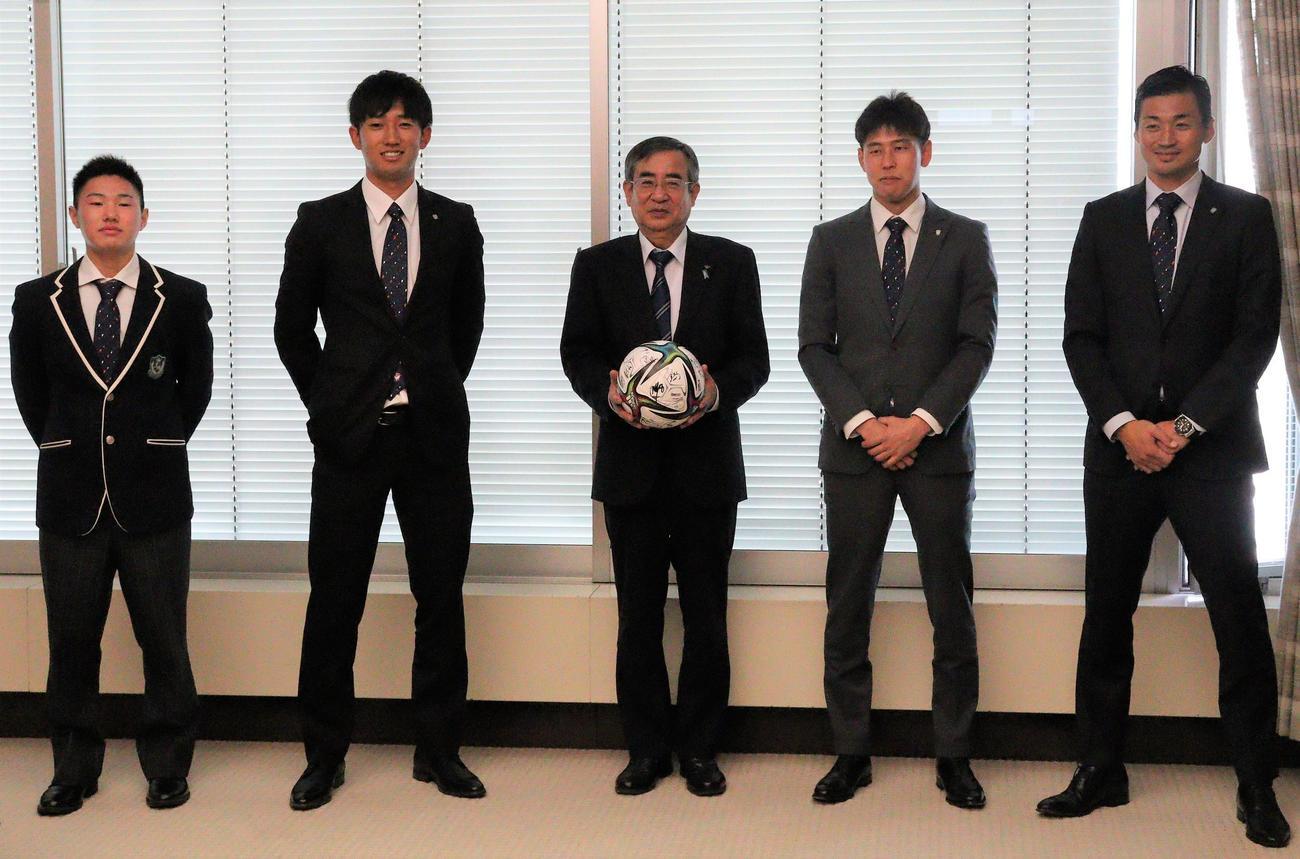 佐久間副知事(中央)と写真に納まる、右から千葉、谷口、遠藤、三戸
