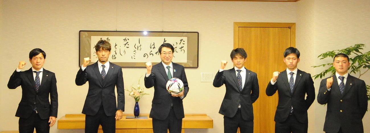 左から新潟星、鈴木、中原新潟市長、藤原、高、小見