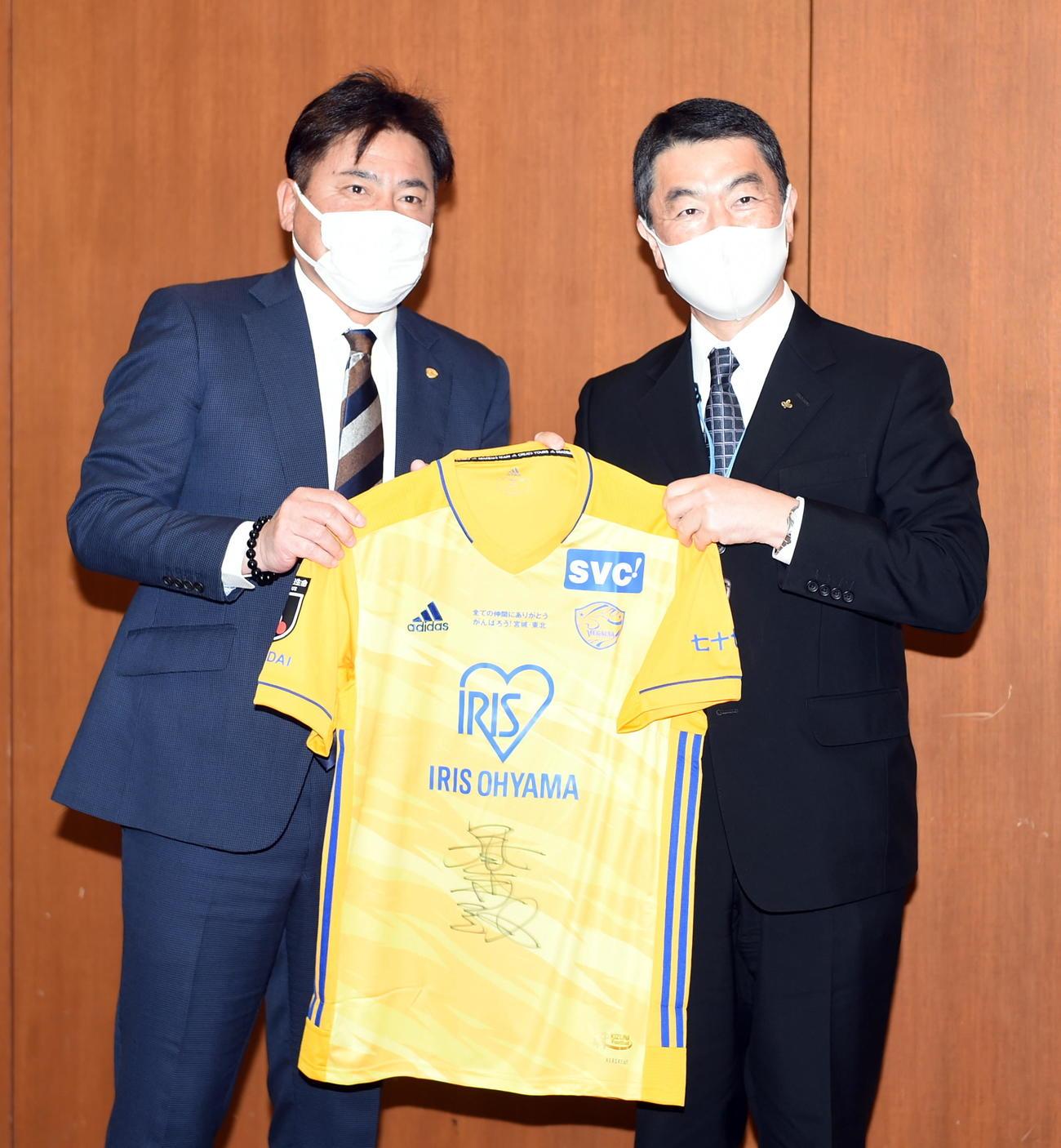 サイン入りユニホームを持って記念撮影する仙台手倉森監督(左)と宮城県の村井知事