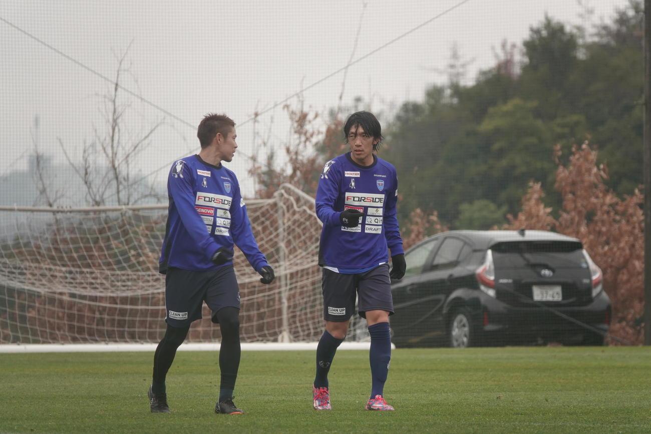 和歌山で始まった横浜FC1次キャンプの3日目、トレーニング中にDF伊野波(左)と話し込むMF中村(YOKOHAMA FC提供)
