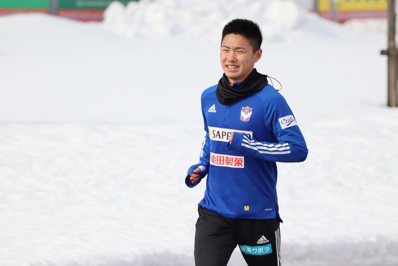 除雪されたグラウンドで走り込むルーキー三戸(提供:アルビレックス新潟)