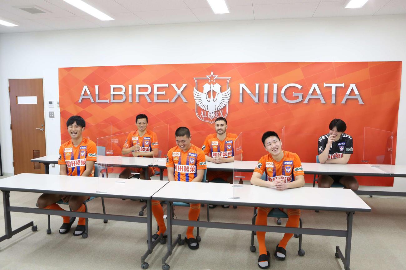26選手が4班に分かれオンライン激励会に臨んだ。前列左から遠藤、小見、三戸。後列左から千葉、舞行龍、藤田(提供:アルビレックス新潟)