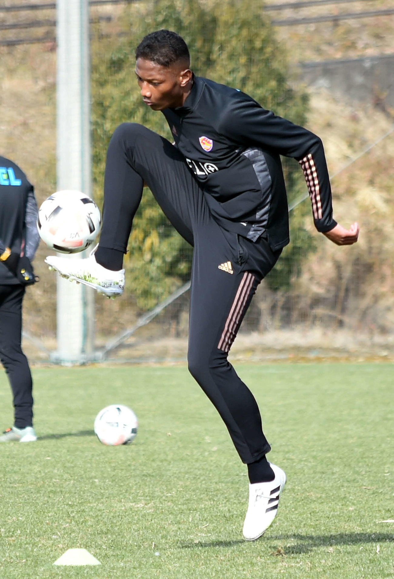 長い足で器用にボールをコントロールする仙台DFアピアタウィア(撮影・山田愛斗)