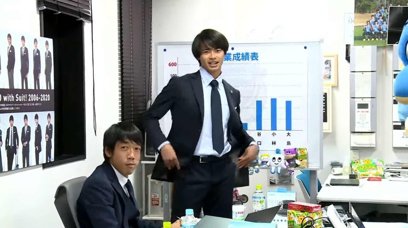 新体制発表会でコントを披露する、川崎F・MF三笘薫(中央)と中村憲剛氏(YouTubeより)