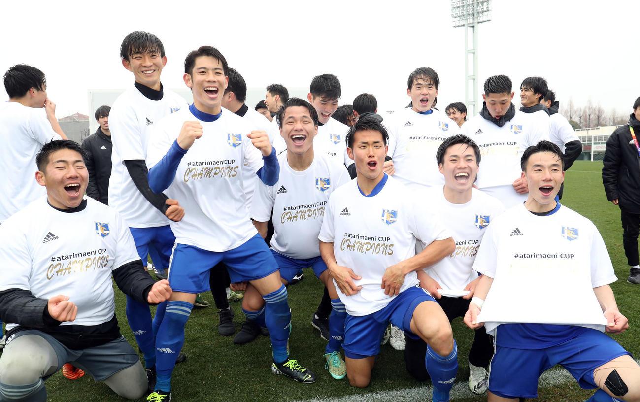 優勝し、チャンピオンTシャツを着て喜びを爆発させる東海大の選手たち(撮影・狩俣裕三)