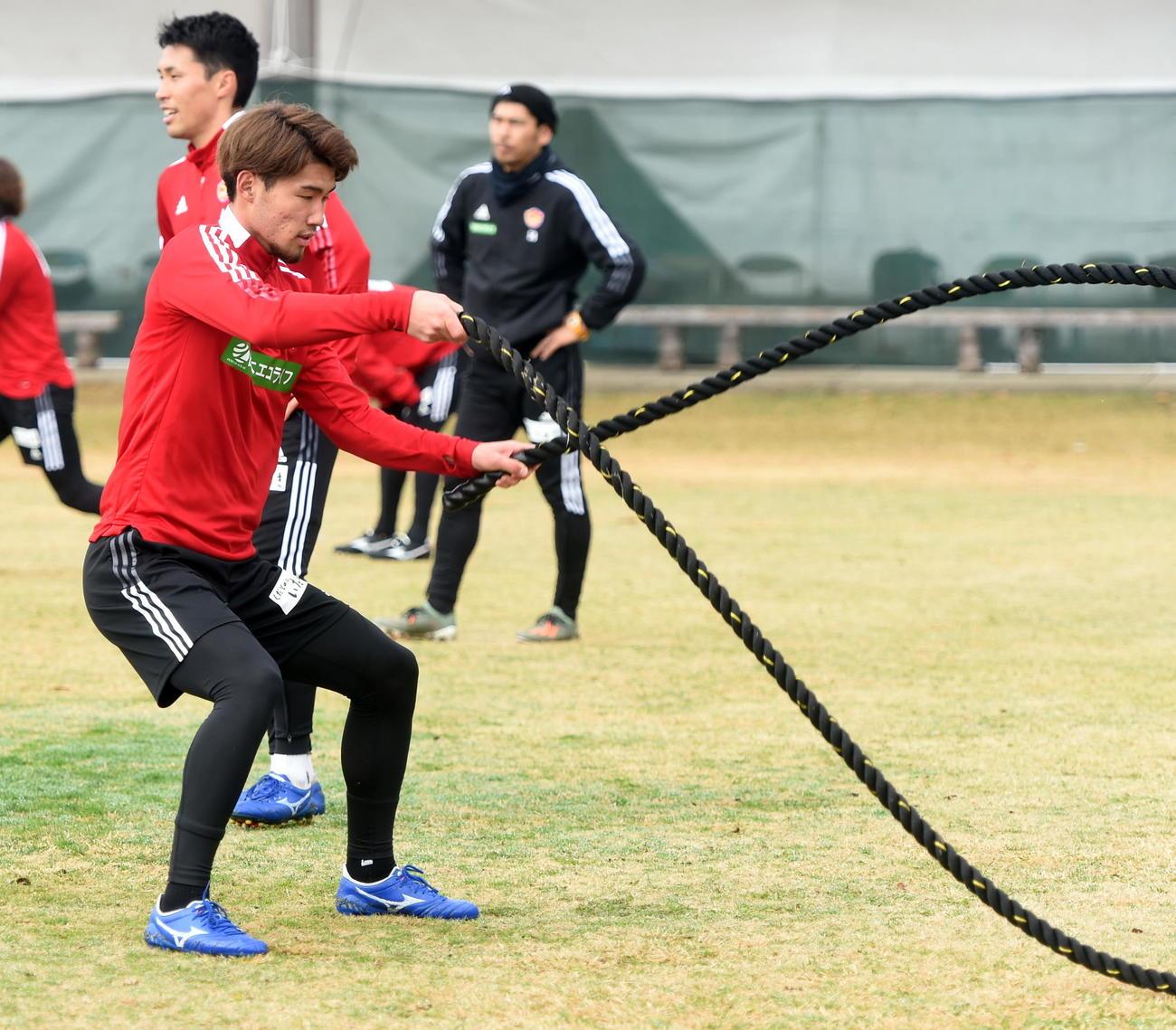 ロープを使ったトレーニングを行う仙台DF照山。奥はDF蜂須賀(撮影・山田愛斗)