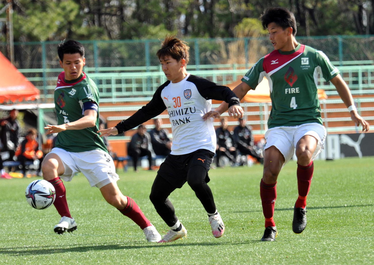 今季初の対外試合で2得点を決めた清水MF金子(中央)