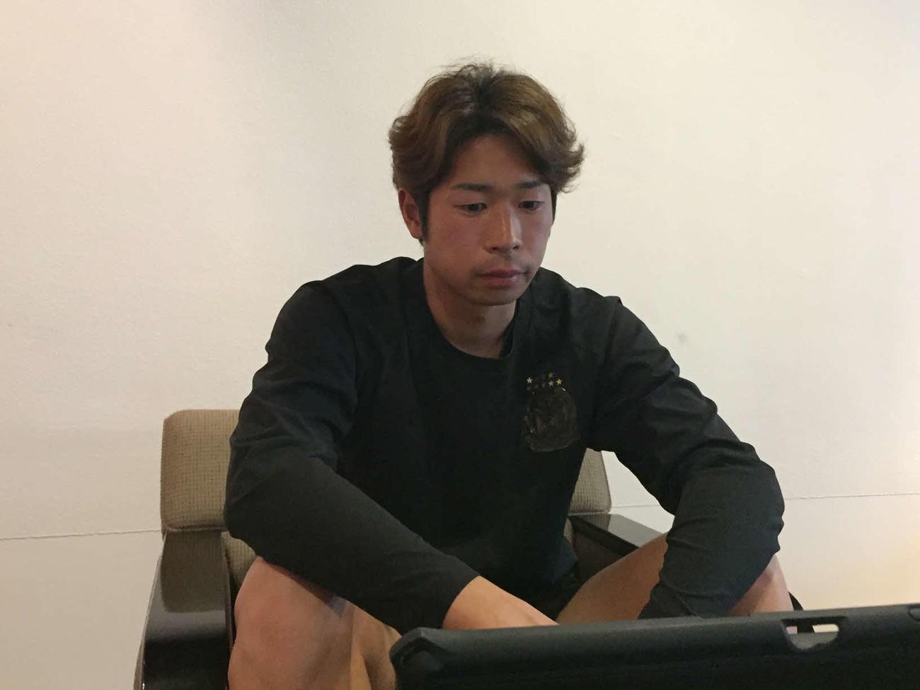 オンラインで取材に対応する三浦(C)GAMBA OSAKA