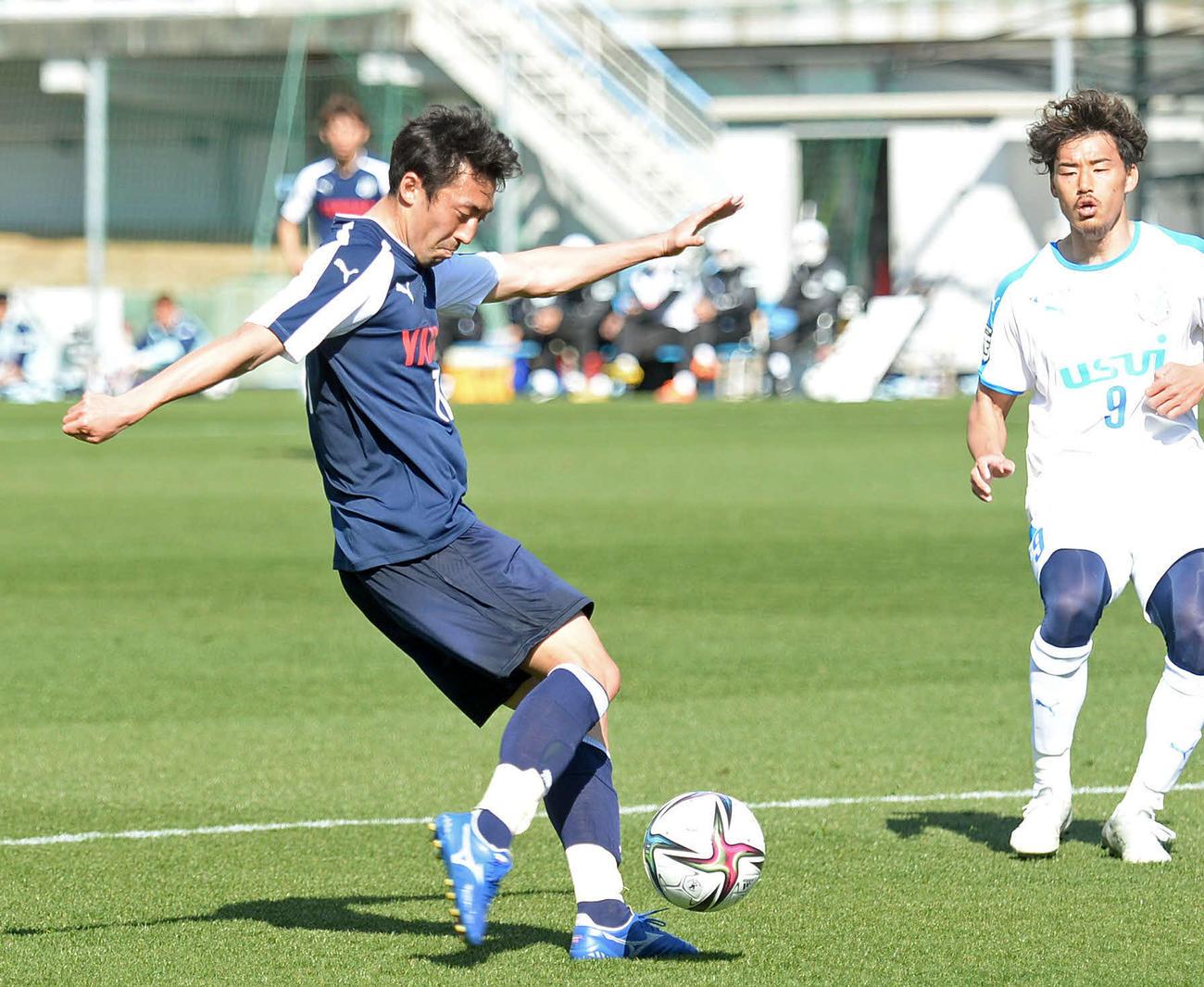 右足でシュートを打つ磐田MF鈴木