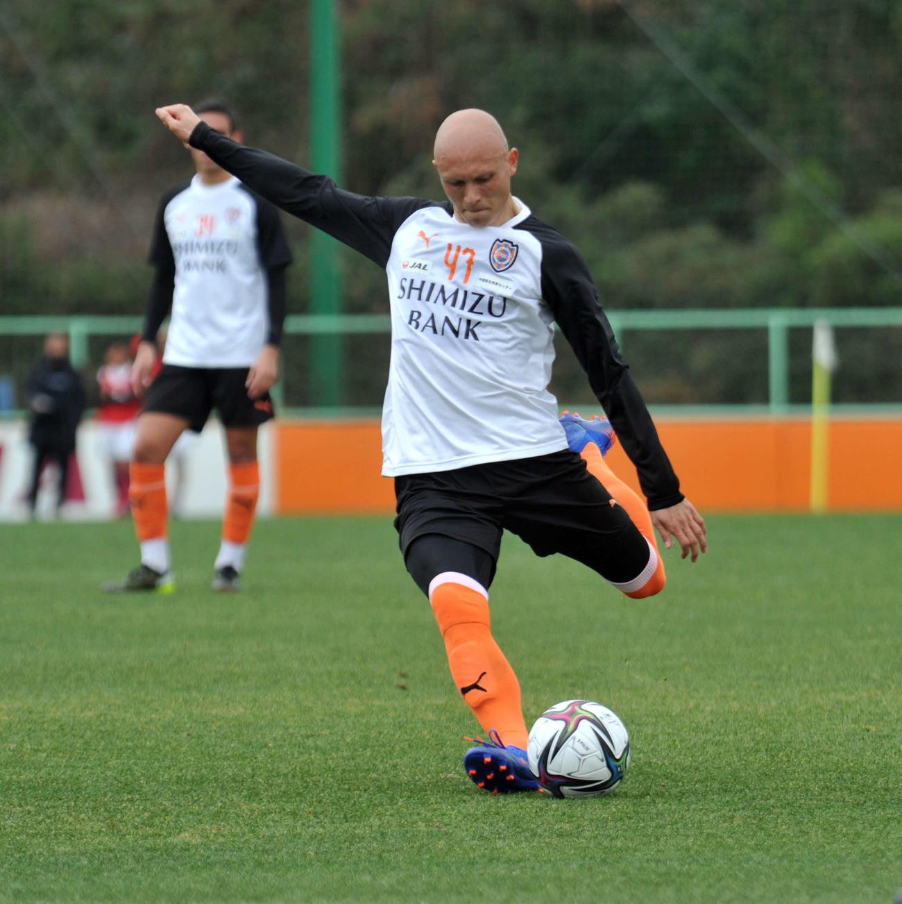 FKを蹴る清水FWディサロ(2021年1月27日撮影)