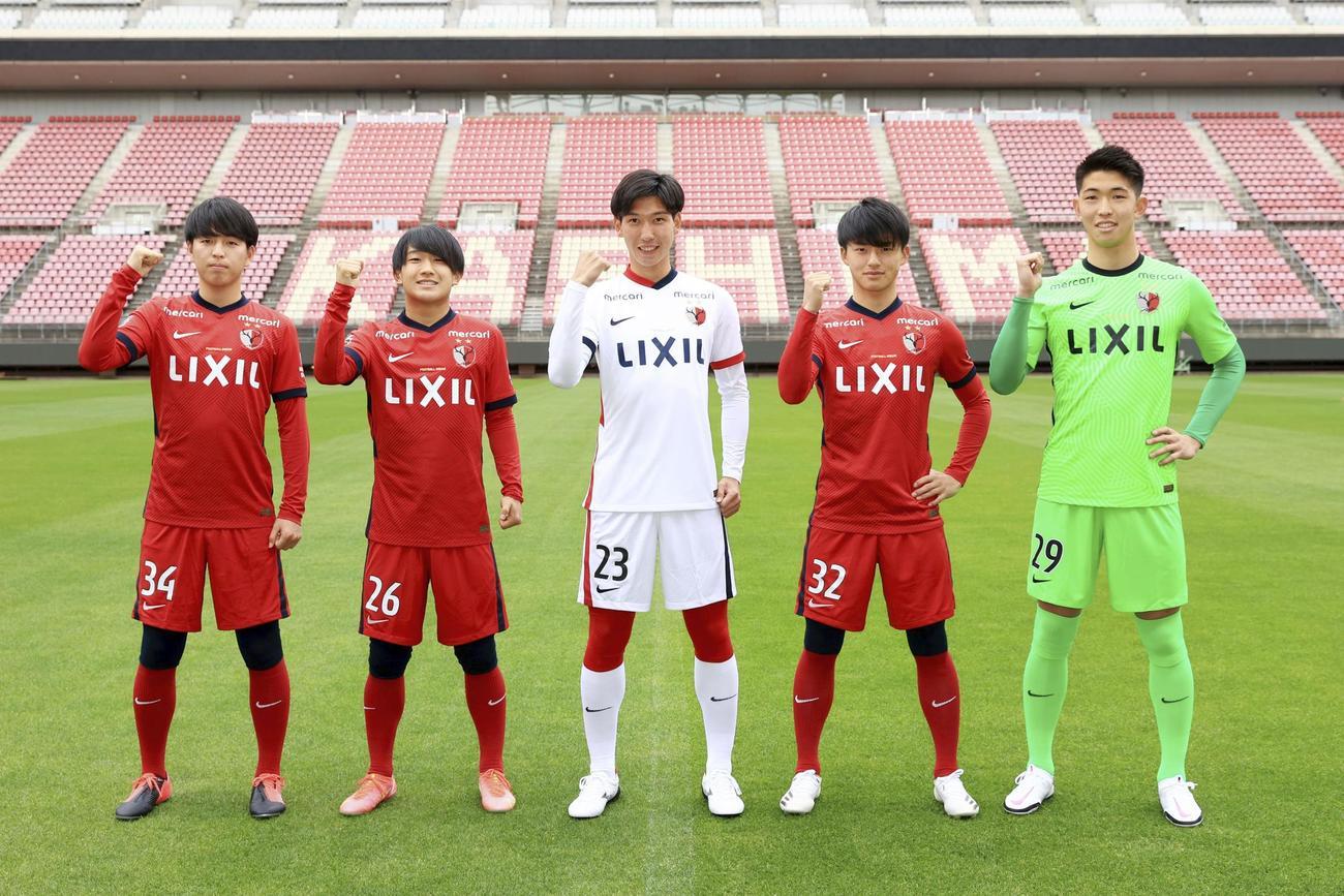 ポーズをとる須藤(左から2人目)と常本(右から2人目)らJ1鹿島の新加入選手(C) KASHIMA ANTLERS)